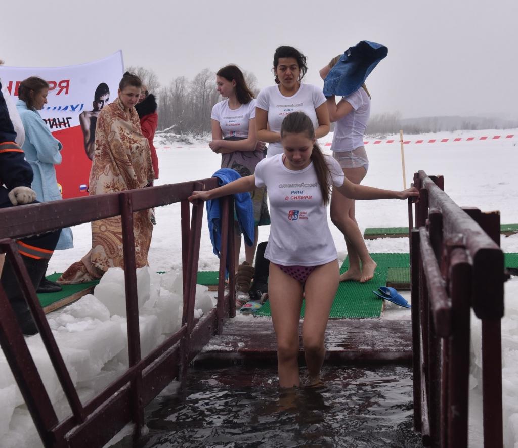 Новосибирские волонтеры посвятили Крещенские купания будущим победам сибирских боксеров