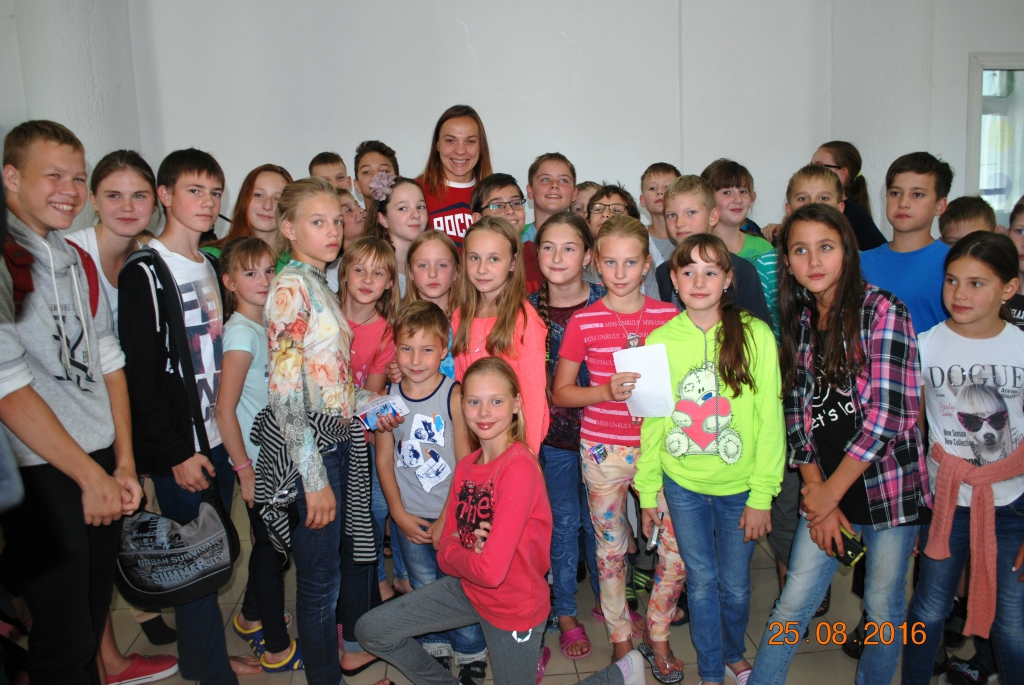 Участница Игр Олимпиады в Рио-де- Жанейро Наталья Ловцова встретилась с юными пловцами
