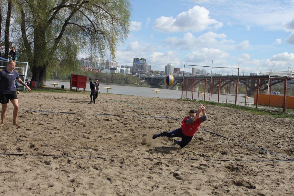 Открытие пляжного сезона: фоторепортаж с соревнований по волейболу