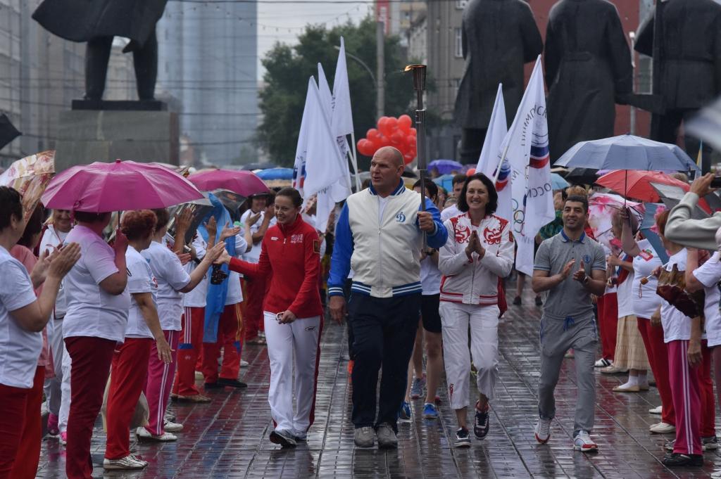 Олимпийский день: зарядка с Александром Карелиным и факел под дождём