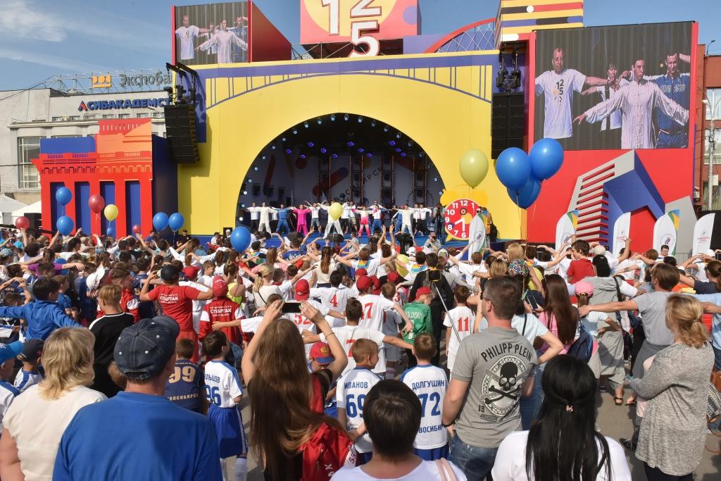 Детские забеги, соревнования ветеранов, зарядка с чемпионами и торжественные награждения - в Новосибирске отметили Олимпийский день