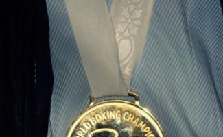 Миша Алоян вернулся в Новосибирск с золотой медалью чемпионата мира по боксу