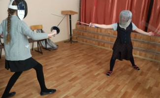 Сергей Тазеев провёл урок паралимпийского фехтования в школе №40